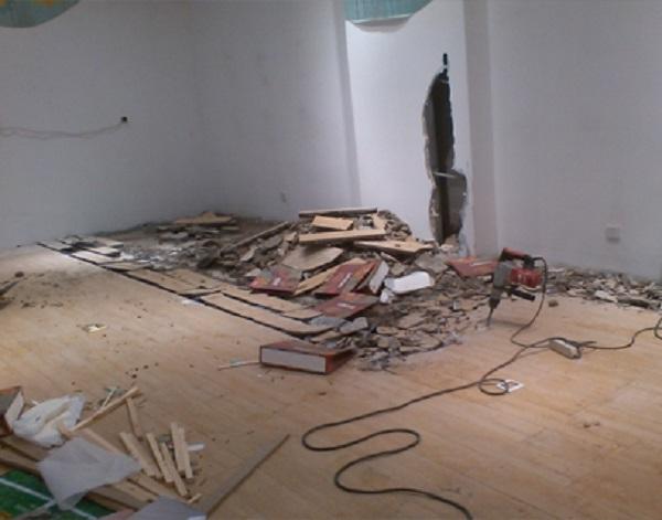 在进行房屋拆除吊顶时需要注意一些事项