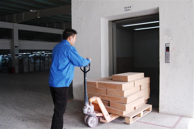 绵阳载货电梯:限载半吨、严禁载人、装卸货后、随手关门