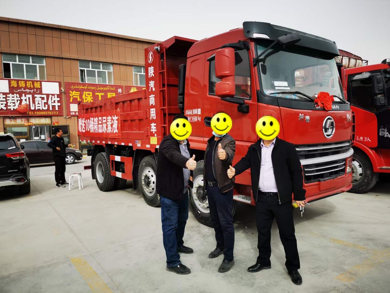 新疆客户购买自卸车交付现场