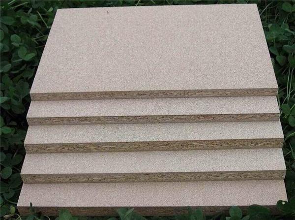 现在让我们一起去跟随西安颗粒板厂家工作人员去学习一下密度板和颗粒板的区别吧