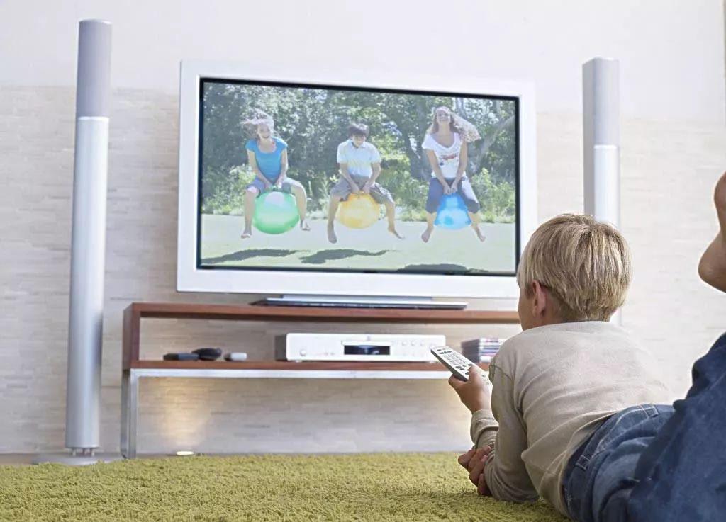 你还在使用湿抹布擦电视屏幕?这样做怪不得擦不干净!