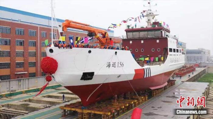 """我国首艘有破冰功能大型航标船""""海巡156""""下水"""