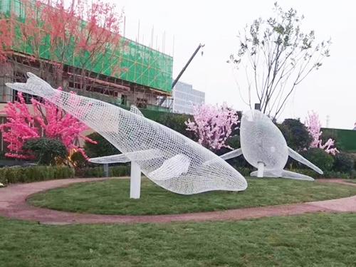 不锈钢雕塑为什么会被越来越多的人钟爱?