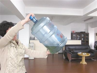宜宾桶装水出现青苔、沉淀等问题是什么原因?