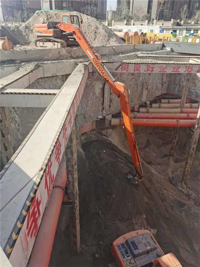 伸缩臂挖掘机施工现场图
