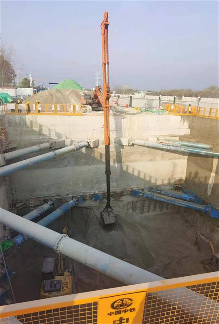 中国中铁伸缩臂挖掘机现场施工