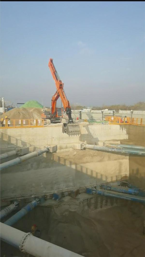 伸缩臂挖掘机的施工现场