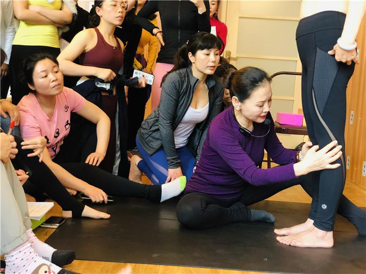 西安零基础瑜伽教练培训公司提醒大家:瑜伽入门这些事项一定要注意