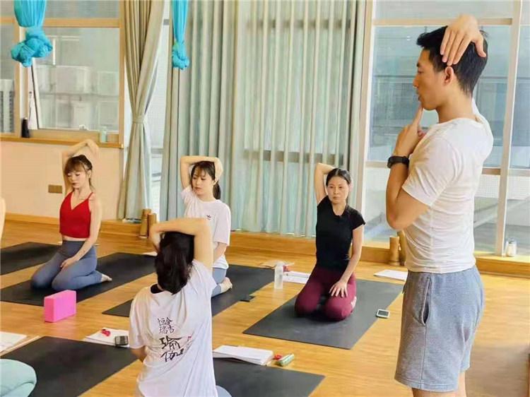 初学者应该怎么练习瑜伽?西安瑜伽教练培训公司来告诉大家