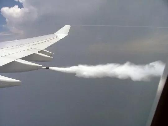 为什么飞机有时降落会放油?