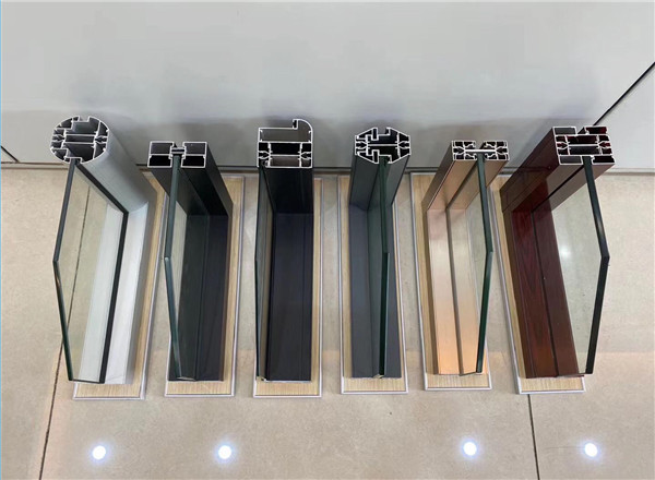 今天西安迪高文创厂家的小编给大家介绍玻璃隔断到底隔音还是不隔音呢
