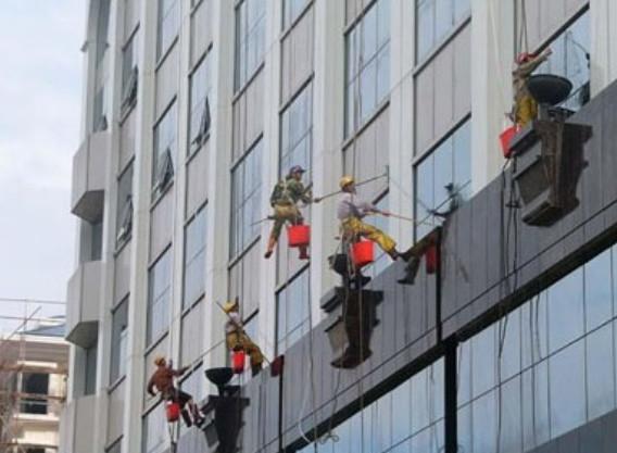 保洁公司在清洁外墙时,如何快速有效地擦洗玻璃?清洗玻璃的9个方法!