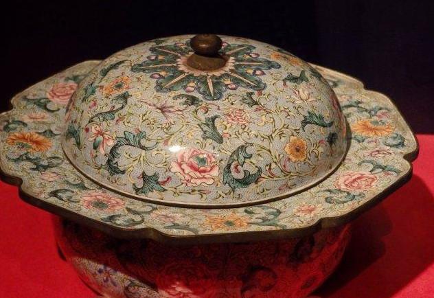 包头民族餐饮器皿与我们日常使用的餐具有什么不同?
