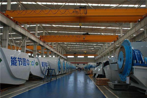 双梁起重机在工厂中操作施工中