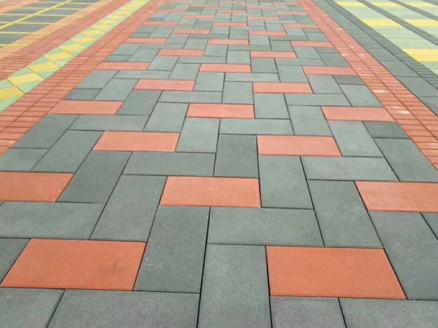 市区一小区人行道铺设透水砖