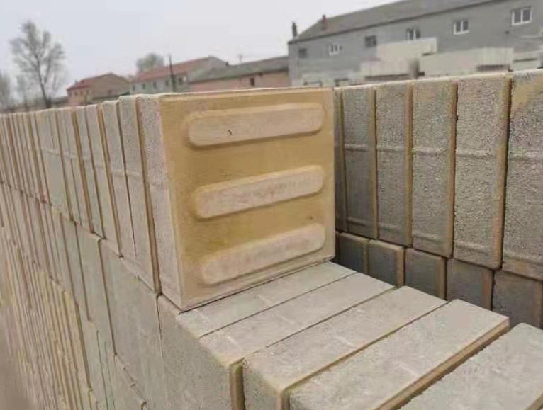 黄色混凝土透水人行道盲道砖