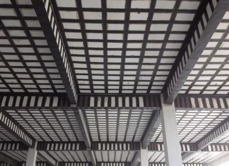 在对建筑物进行质量加固时,使用哪种加固方式主要看什么?
