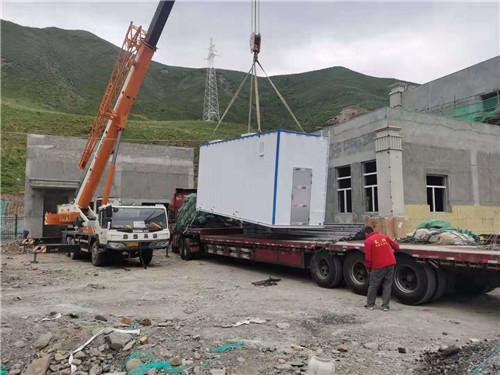 甘南夏河县高速路收费站养护工区项目卸货中