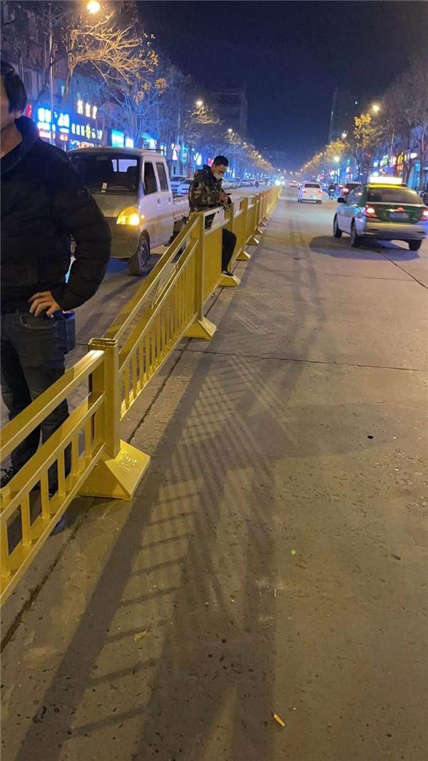 阎良区凤凰路市政护栏施工