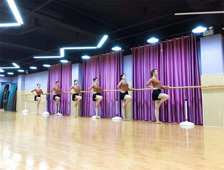 舞蹈训练的时候压腿是基本操作,平时压腿需要注意这四点