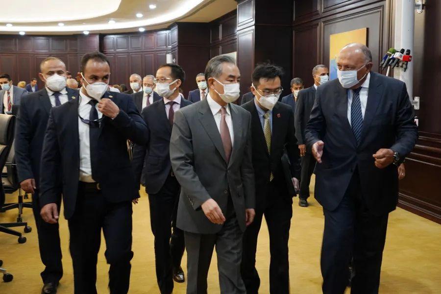 王毅与埃及外长舒凯里列席中埃新冠疫苗协作出产名目完成100万剂量产典礼