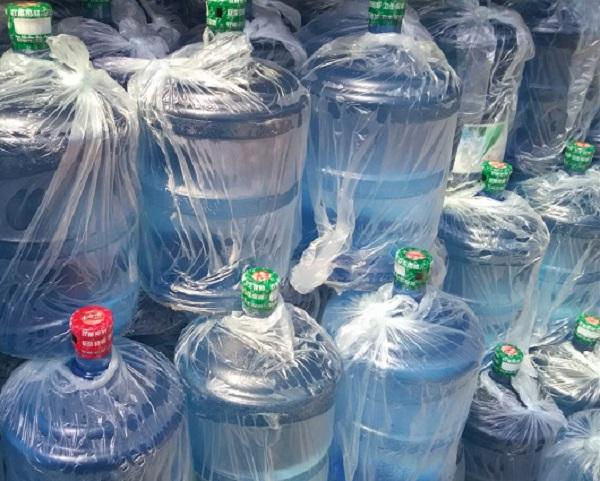 桶装水在挑选过程中掌握这些技巧方能购买到放心的水