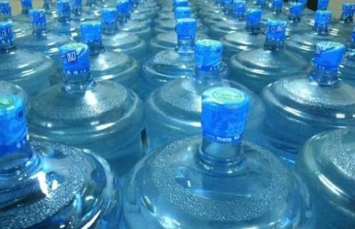 """我们一定要注意桶装水的保质期,切勿饮用""""过期水"""""""