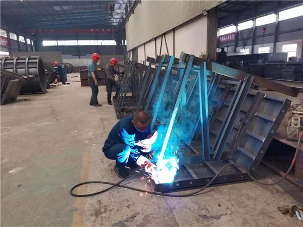 箱梁外模板焊接