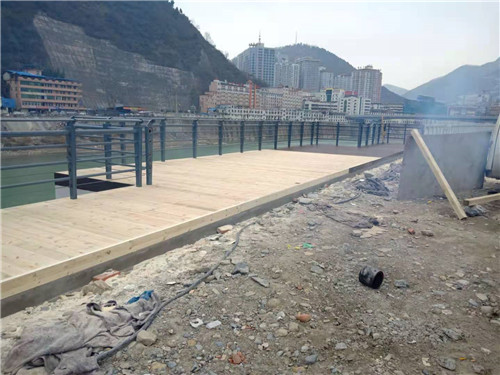 汉中市略阳县嘉陵江案防腐木观景平台