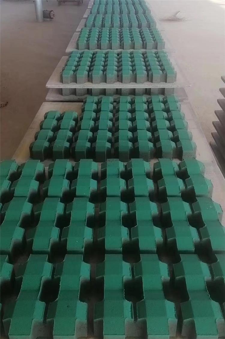 井字植草砖生产现场