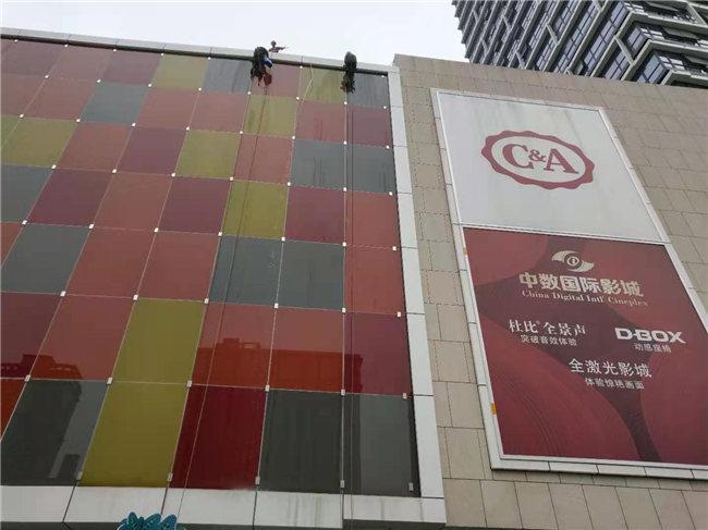 在进行高空外墙清洗作业时,宜昌保洁公司应做好哪些安全措施