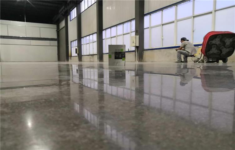 固化地坪翻新维护:旧地面改造物理抛光