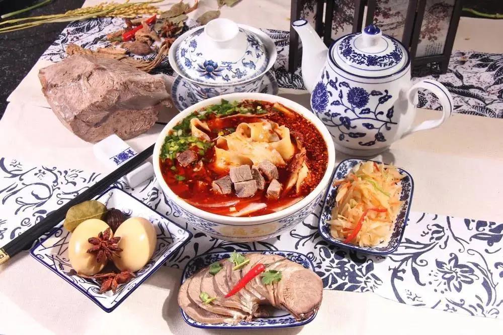 一碗吃出幸福味道的兰州牛肉面加盟,尝尽金城的麻辣鲜香