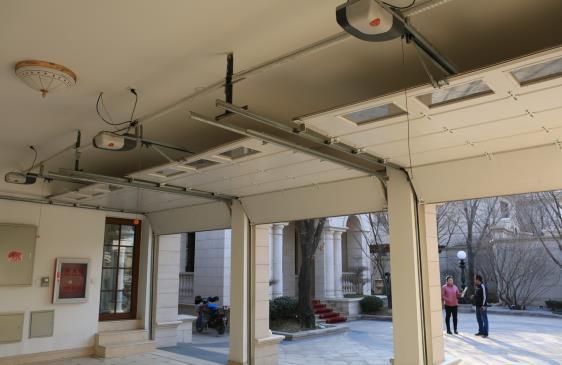 电动车库门不运行了,应该怎样解决,以下,小编为您介绍如何修理电动车库门。