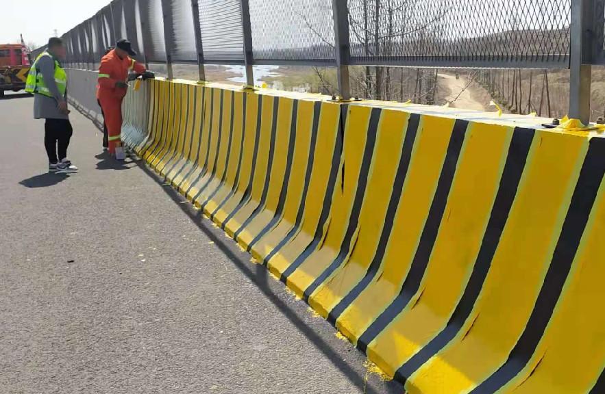 高速公路護欄翻新時加裝踢腳板刮蹭后的簡單維修方法!
