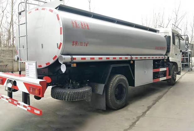四川液体罐式运输车