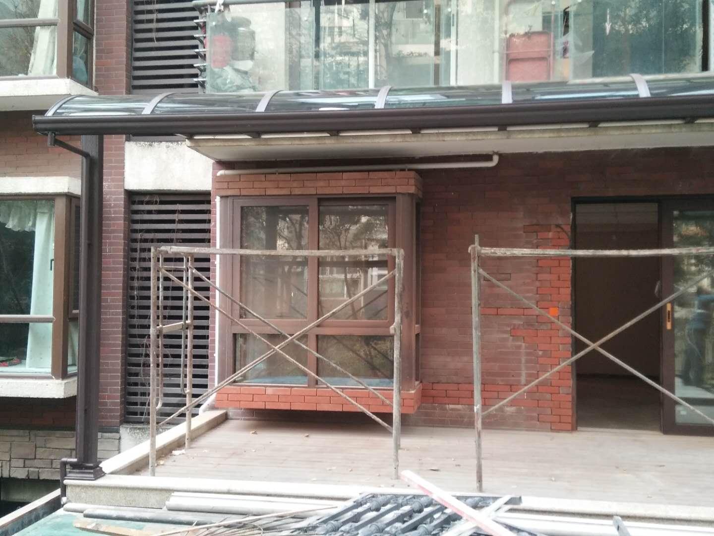 成都鋁合金露台棚價格與陽光板雨棚價格哪個高?