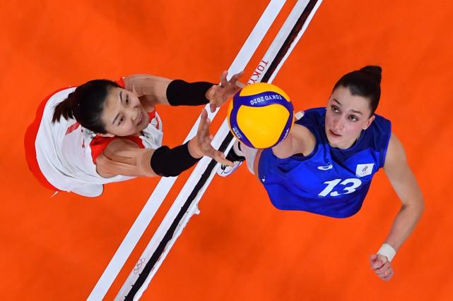 7月29日,中国队球员袁心玥(左)在比赛中防守俄罗斯运动员斯塔尔采娃。新华社记者徐子鉴摄