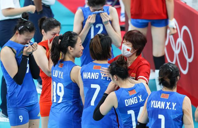 8月2日,中国队主教练郎平(右二)在比赛后与队员一一拥抱。新华社记者丁汀摄