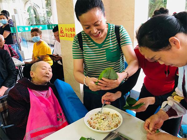 巴中养老服务中心端午节活动举办:包粽子