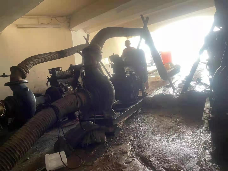 探访郑州京广路隧道救援之夜:多台抽水泵在隧道内同时作业