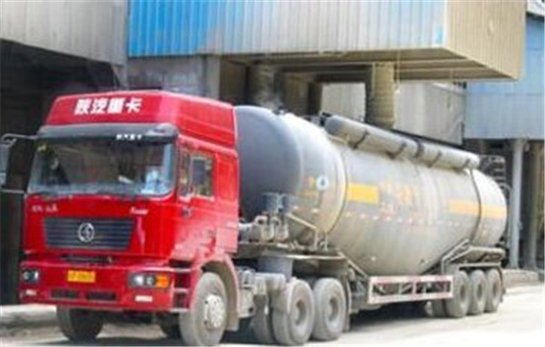 散装水泥运输车为什么很受欢迎,它有哪些优点?