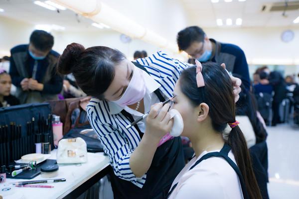 其实学习化妆是没有任何年龄和学历限制的!