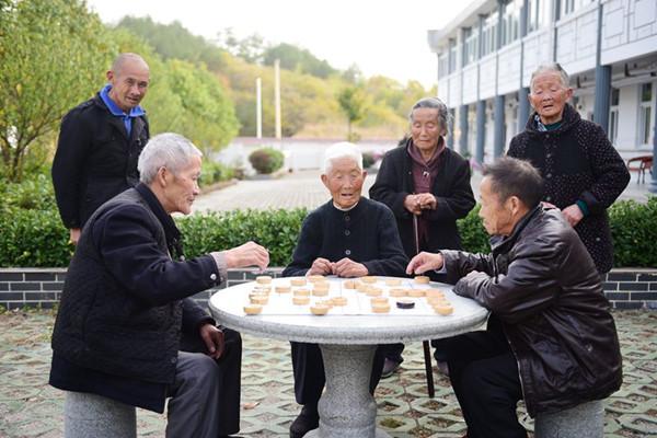 老人的日常照顾很重要,但老人的心理健康也不容忽视