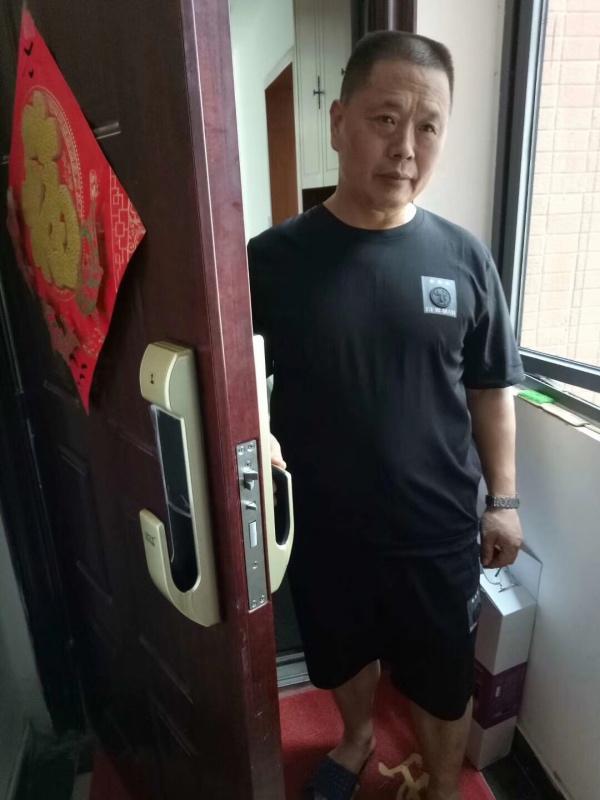 宜昌某小区业主指纹锁安装展示