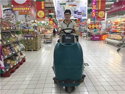 BA900BT 驾驶式洗扫一体机在商场中投入使用