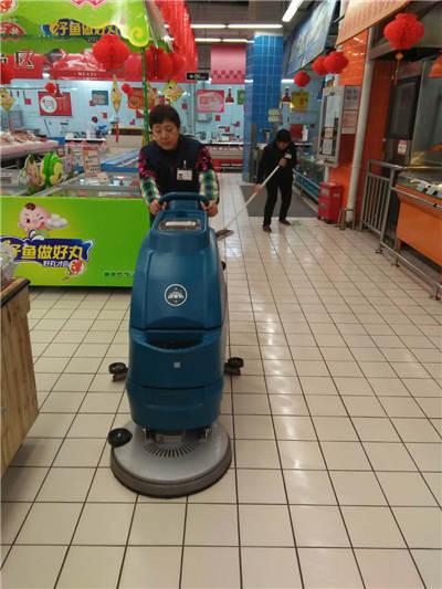 手推式洗地机在商场中投入使用