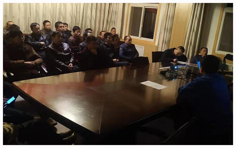 耀杰集团陕西略钢黑山沟采矿项目部组织职工学习冬季安全生产文件