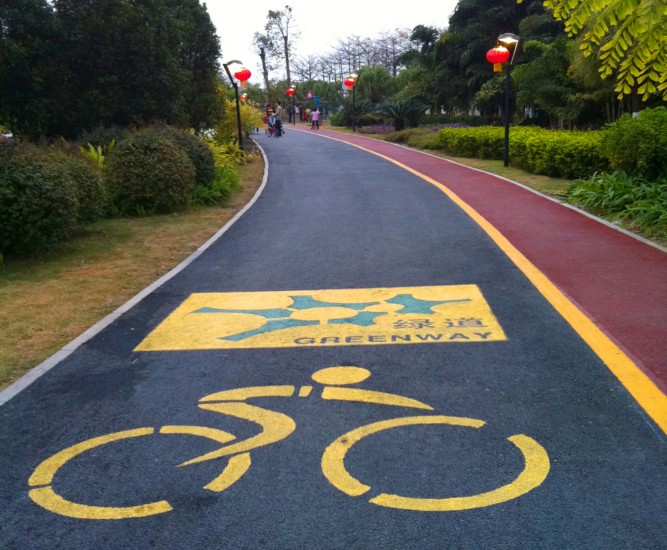 道路建设中彩色路面胶黏剂起到了什么作用?