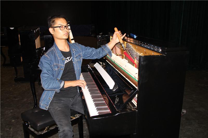 新疆珠江钢琴盲人调律师